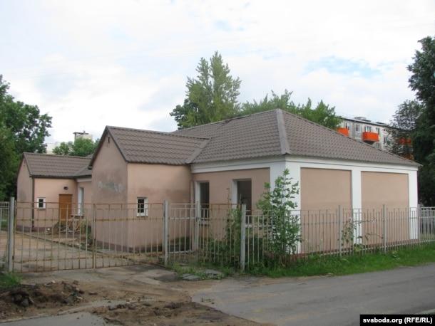 Гэты дом па Фабрычнай, збудаваны ў міжваенны час, яшчэ памятае Тодара Кляшторнага. Але жыў паэт ня ў ім.