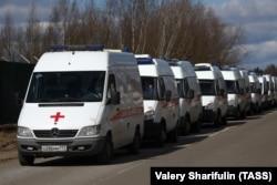 Очередь машин скорой помощи с пациентами к приемному отделению