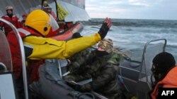 Російський офіцер погрожує ножем активісту «Greenpeace» в момент, коли екологи намагалися піднятися на нафтову платформу «Газпрому», 18 вересня 2013 року