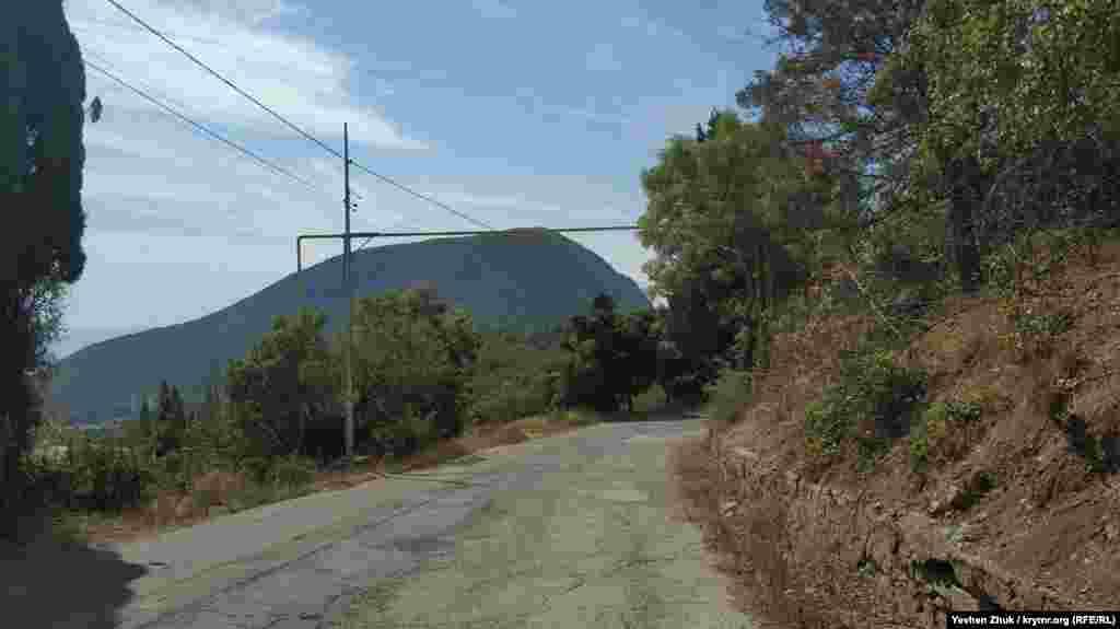 Со многих точек в Запрудном открывается вид на гору Аю-Даг