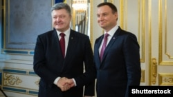 Президент України Петро Порошенко (ліворуч) та президент Польщі Анджей Дуда під час зустрічі у Києві. Грудень 2015 року