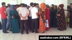 Türkmenistanda otly biledini satyn almak üçin nobata duran adamlar. Arhwiden alnan surat