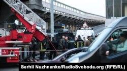 Фоторепортаж: чоловік погрожував вибухом на мосту Метро в Києві. Як це було