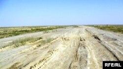 «Дорога смерти», так называют жители этот участок автодороги между Иргизским районом Актюбинской области и Аральским районом Кызылординской области. 10 сентября 2009 год.