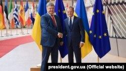 Президент Украины Петр Порошенко и председатель Европейского совета Дональд Туск (справа). Брюссель, 9 июля 2018 года