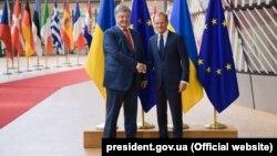 Президент Украины Петр Порошенко (слева) и председатель Европейского совета Дональд Туск. Брюссель, 9 июля 2018 года.