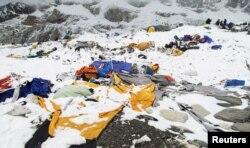 Уничтоженный альпинистский лагерь на склоне Эвереста. 26 апреля 2015 года