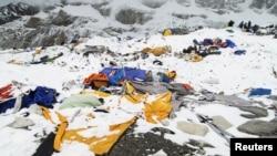 Эверест тоосундагы лагерь зилзаладан кийин. 27-апрель, 2015-жыл.