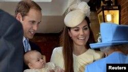 Батьки з принцем прибувають на церемонію хрещення до Сент-Джеймського палацу в Лондоні, 23 жовтня 2013 року