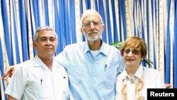 Алан Гросс вместе с представителями еврейской общины Кубы, которым он привозил устройства для установки Интернета