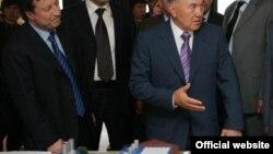 Қазақстан президенті Нұрсұлтан Назарбаевқа шенеуніктер кезекті бір жобаны таныстырып тұр.