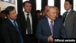 Адильбек Джаксыбеков (крайний слева) с президентом Казахстана Нурсултаном Назарбаевым.