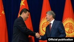 Қытай төрағасы Си Цзиньпин (сол жақта) мен Қырғызстан президенті Алмазбек Атамбаев. Бішкек, 11 қыркүйек 2013 жыл.