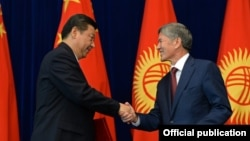 Kyrgyz President President Almazbek Atambaev (right) and his Chinese counterpart, Xi Jinping, in Bishkek on September 11