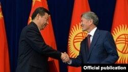 Kyrgyz President President Almazbek Atambaev (right) and his Chinese counterpart, Xi Jinping, in Bishkek on September 11