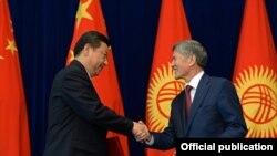 Кытай трагасы Си Цзиньпин менен президент Алмазбек Атамбаев.