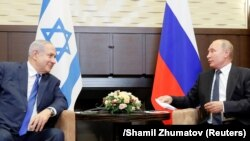 Russian President Vladimir Putin (right) attends a meeting with Israeli Prime Minister Benjamin Netanyahu in Sochi on September 12.