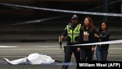Policija udaljava prolaznike sa mjesta napada, Melburn