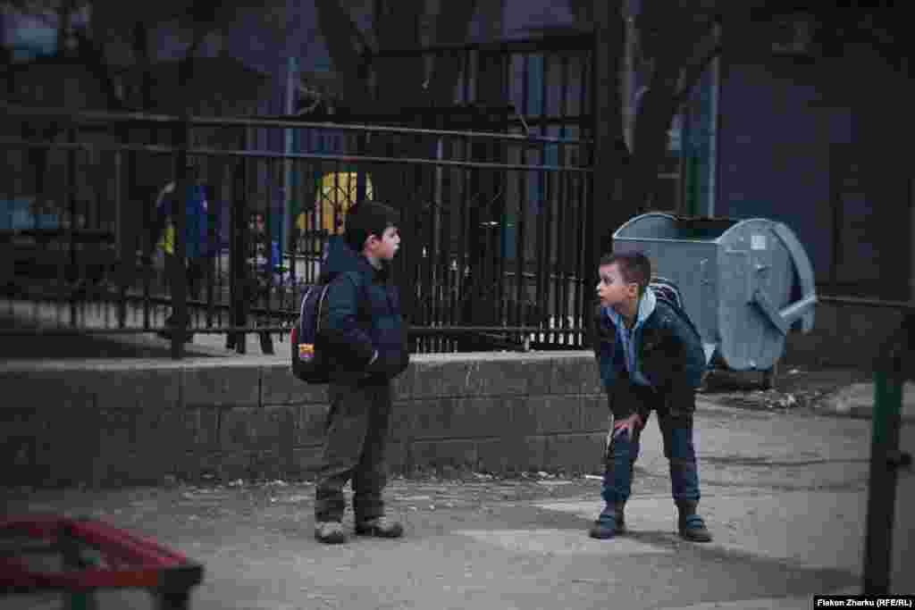 Fëmijët duke luajtur në rrugë, Fushë Kosovë