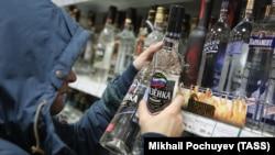 Një person duke blerë vodkë në një dyqan në Moskë