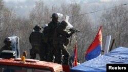 Миротворческие силы KFOR в районе деревни Ягнаница, Косово.