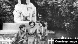 """Типовой памятник """"Ленин и Сталин в Горках"""" в алматинском парке культуры и отдыха. 1958 год."""