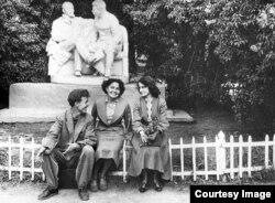 """Қалалық мәдениет және демалыс паркіндегі """"Ленин мен Сталин Горкиде"""" ескерткіші. Алматы, 1958 жыл."""