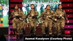 Тұңғыш президент күнін мерекелеу концертінде билеп тұрған студент қыздар. Алматы, 28 қараша 2012 жыл. Азамат Құсайынов түсірген сурет