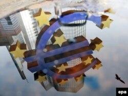 Veliki znak eura ispred Evropske centralne banke u Frankfurtu - ilustracija