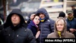 Ukrainanyň paýtagty Kiýewdäki Ýewromaýdan protestleri döwründe üýşüp duran adamlar.