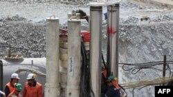 Gërmimet tek vendi i shembur në minierë.