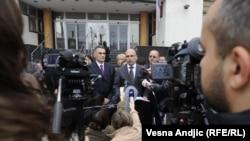Predstavnici udruženja Vukovar 1991, koje okuplja bivše zatvorenike logora Begejci, Stajićevo, Sremska Mitrovica, Niš i Beograd, ispred suda u Beogradu, novembar 2011.