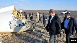 Egipatski premijer Sherif Ismail (drugi s desna) na mjestu nesreće