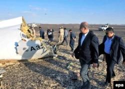 Египет премьер-министрі Шериф Исмаил (оң жақтан екінші) Ресей жолаушылар ұшағы құлаған жерді көріп жүр. Египет, Синай, 31 қазан 2015 жыл.