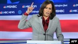 Сенатор-демократ из Калифорнии Камала Харрис во время дебатов между демократами за право номинироваться в президенты США