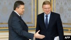 Украинскиот претседател Виктор Јанукович и еврокомесарот за проширување Штефан Филе
