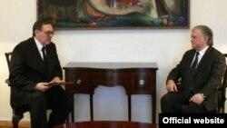 Министр иностранных дел Армении Эдвард Налбандян (справа) принимает нового посла России в Армении Ивана Волынкина, Ереван, 23 мая 2013 г. (Фотография - пресс-служба МИД Армении)