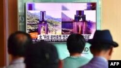 Солтүстік Корея ядролық қару сынағын өткізгені туралы хабарды телеарнадан көріп отырған адамдар. Сеул, Оңтүстік Корея, 20 қыркүйек 2016 жыл. (Көрнекі сурет.)