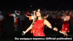 Өзбек әншісі Райхон Ганиева Ош қаласындағы мерекелік шарада ән салып тұр. Қырғызстан, 5 қазан 2018 жыл. Көрнекі сурет.