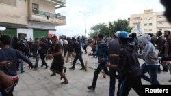 Перехожі в Бенгазі втікають із місця перестрілки, 25 листопада 2013 року