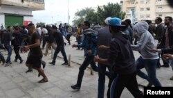 لیبی طی دو هفته گذشته بار دیگر صحنه شدت گرفتن درگیریها میان شبهنظامیان و نیروهای ارتش شده است (در تصویر درگیریهای چهار روز پیش در بنغازی)