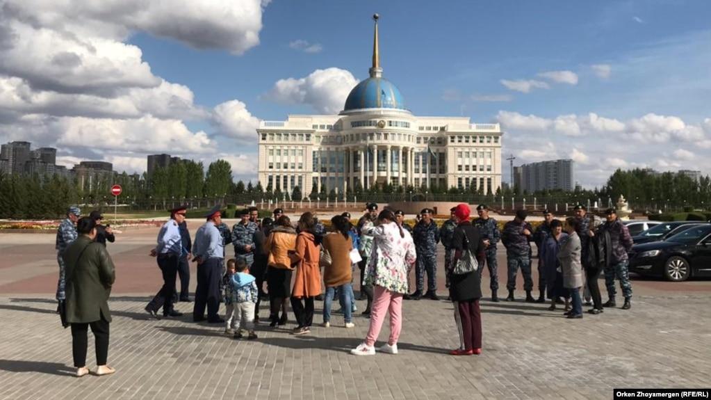 Женщины на площади перед Акордой требуют извинений от депутата Владимира Божко. Нур-Султан, 4 сентября 2019 года.