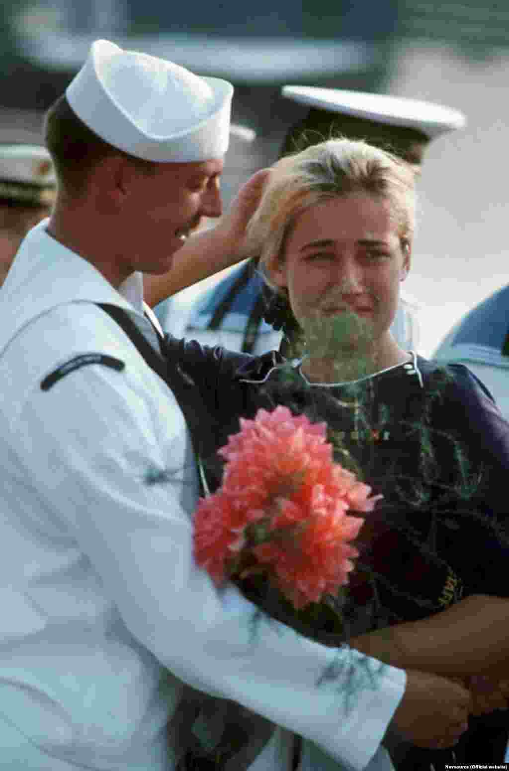 Коли USS Kauffman і USS Thomas S. Gates відправлялися, на причалі стояли сумні севастопольські дівчата, деякі з них не приховували сліз