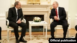 Russian President Vladimir Putin (right) hosts Armenian counterpart Nikol Pashinian in Moscow on December 27.