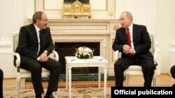 Vladimir Putin (sağda) və Nikol Pashinian, arxiv fotosu