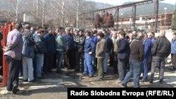 Протест на работници во кичевската фабрика за производство на челични далекуводи, подружница на ЕМО од Охрид