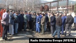 Работници во кичевската фабрика за производство на челични далекуводи, подружница на ЕМО од Охрид