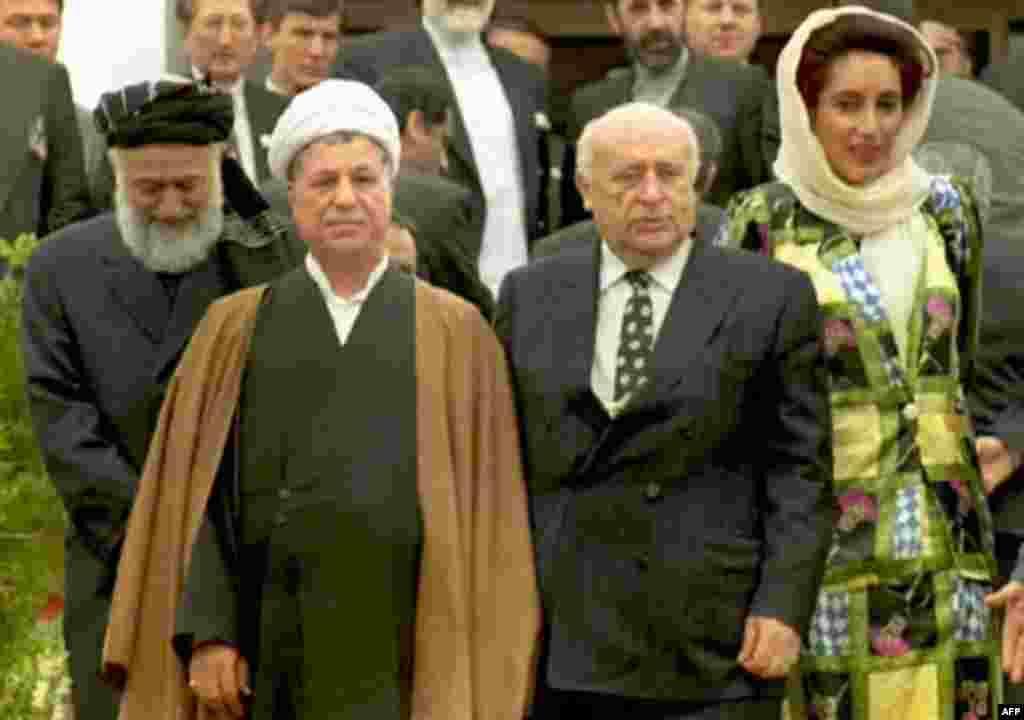 روز پایانی اجلاس اکو: بی نظیر بوتو در کنار علی اکبر هاشمی رفسنجانی، رییس جهموری وقت ایران و سلیمان دمیرل، رییس جمهوری وقت ترکیه. این اجلاس در اسلام آباد برگزار شد و موفقیتی برای سیاست خارجی بوتو محسوب می شد.