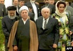 دمیرل در کنار نخستوزیر ترورشده پاکستان، بینظیر بوتو (راست) اکبر هاشمی رفسنجانی و برهانالدین ربانی، رئیسان جمهوری پیشین ایران و افغانستان