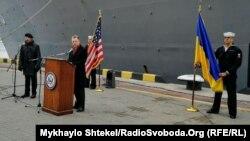 Спеціальний представник Держдепартаменту США з питань України Курт Волкер виступає біля американського військового корабля «Дональд Кук» в Одесі, 26 лютого 2019 року